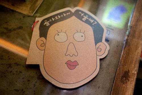 イメージキャラクターであるサラリーマン「ボング」の顔をモチーフにしたメニュー表