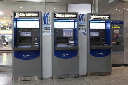 自動券売機は改札のすぐ横