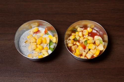 お代わり自由のオリジナルソース左:ゴマソース、右:チリソース