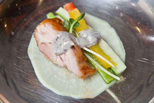 好みの野菜と鶏肉にソースを垂らして薄切り大根で包もう