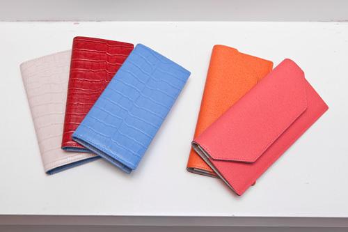 多様なカラーを用意。収納力抜群の長財布各90,000ウォン