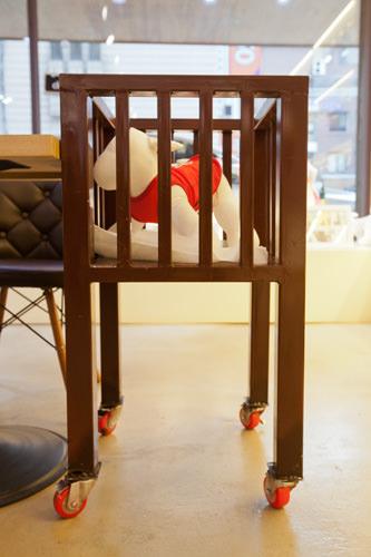 トイレシートが敷かれた犬専用椅子