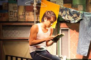 劇中韓国語の勉強をするソロンゴ(野島さん扮)