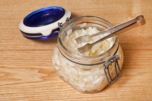 程よく甘酸っぱいキャベツピクルスはテーブルごとに提供