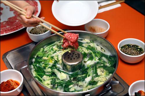 野菜に火が通ったら肉を入れる