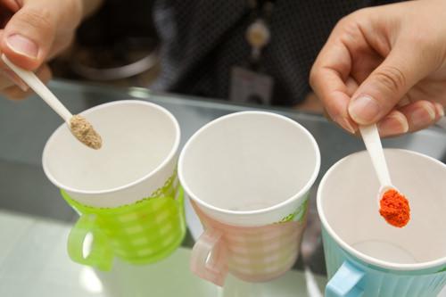 2.紙コップに選んだ色材をスプーン1杯ずつ入れます。