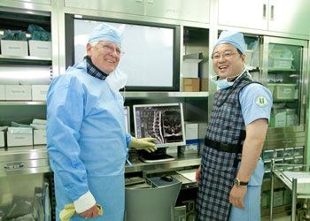 神経形成術の創始者であるカボベラ・ラッツ博士とコ・ドイル病院で合同手術を行った際の様子