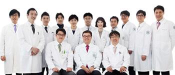 コ・ドイル院長(前列中央)と各分野の専門医