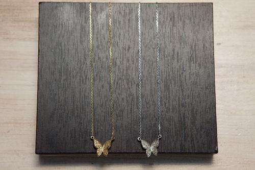 蝶がひらり。首もとをチャーミングに 各38,000ウォン