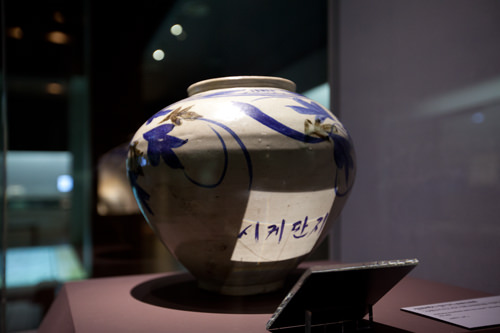 ハングルが刻まれた壺など庶民的な展示品も