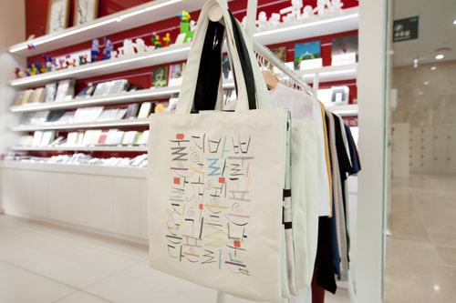 ハングルプリントのバッグ 18,000ウォン