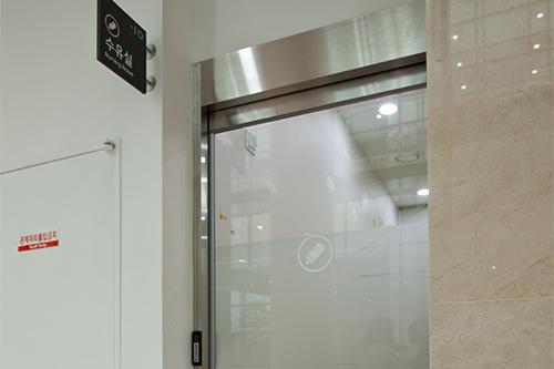 授乳室 2階ウォーターサーバー、おむつ交換台、授乳スペースが用意されています。
