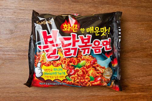 4位 4404 SHUプルタッ焼きそば(三養食品)2012年の発売開始から2年間で1億個を売り上げた「スープ無し激辛麺」の代表格。「火鶏」を意味する韓国料理プルタッのソースに絡めた焼きそば。