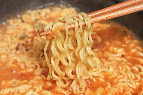 4位(SHU3位)熱(ヨル)ラーメンスタッフ感想・辛いというよりスパイシーな感じ・ほんのりマイルドさがあるような・・・?・スープを吸引しようとしたらむせた!