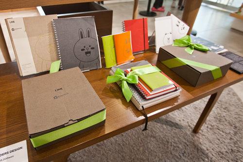 セットの中身は、ノート小2冊+中1冊+大1冊+ポストカード2枚。クールなブラウンとおちゃめなコニーがプリントされている