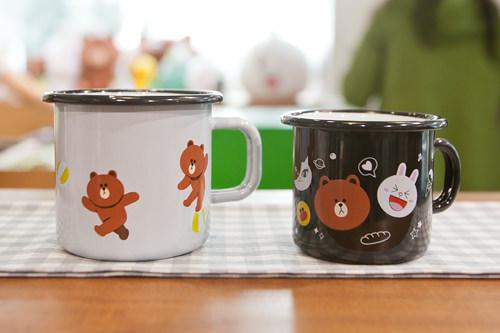 コニー、ブラウン、サリーなどカラフルな「Muurla」コラボのマグカップ大:29,000ウォン小:25,000ウォン