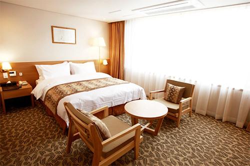 ベニキアホテルビズイン韓国観光公社が推薦するベニキア系列のホテル。白を基調としたインテリアでまとめられ、清潔感溢れる広々とした客室が特徴。原州市庁の目の前に位置し、繁華街も近いので食事や市内観光に便利です。アクセス:原州バスターミナルから車で5分住所:原州市戊実洞1724-12電話:033-748-0100