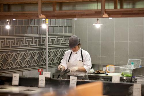 オープンキッチンでは調理するスタッフの姿を間近で見られる