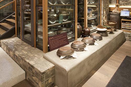 店内に発酵室も。ビュッフェで提供される大根の水キムチや漬け物を漬けた甕が並ぶ
