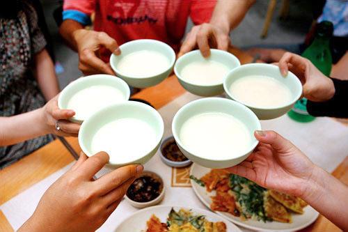 皆で酌み交わす韓国の飲み方もお酒を美味しくさせる