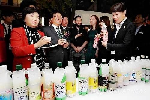 ユン・ミョンヒ国会議員とイ・ドンピル農林部長官に伝統酒の説明も