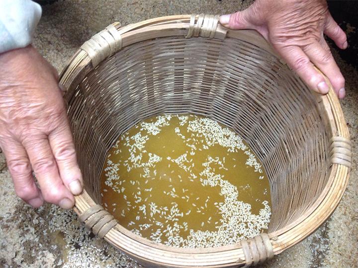 米粒が浮いた浮蟻酒(プウィジュ)はトンドン酒とも言われる