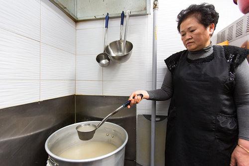 鶏と韓方エキスが詰まったタッカンマリの白濁スープ