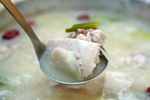鶏のダシでコクが増したスープ