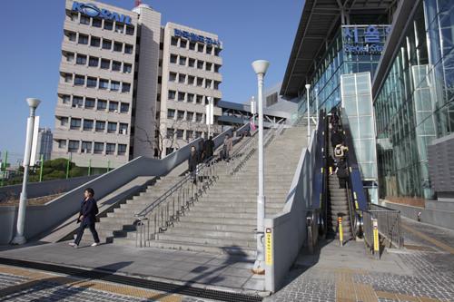 空港鉄道A'REXソウル駅とKTXソウル駅3番出口とを結ぶ外階段・エスカレーター