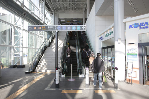 正面口のある1階を中心に、各フロアはエスカレーターやエレベーターで行き来できる
