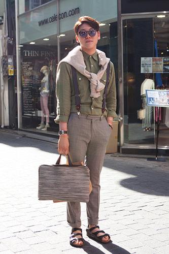 2013/5/30 明洞「CLUBMONACO 明洞店」の店員ジホさんは、2013年に続いて2年連続の登場!おしゃれなメガネと細部にまで気を抜かない小物使いが光りました。