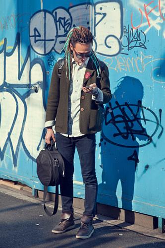 ミュージシャンブルーのメッシュ入りドレッドヘアーがまさに音楽家!ファッションは意外とすっきりきれいめ。ヨプさん(25歳)4/8 弘大