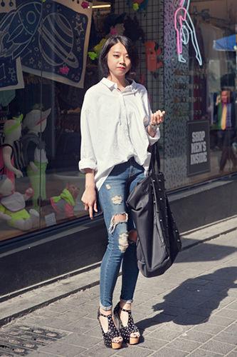 クラッシュデニムダメージジーンズよりもはるかにびりびりに破れたクラッシュジーンズが大流行。韓国でも好き嫌いが分かれた上級アイテム。ジヒョンさん(21歳、ファッション関係)5/7 明洞