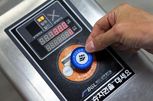 入る時にトークンまたはT-moneyカードを改札機にタッチします。