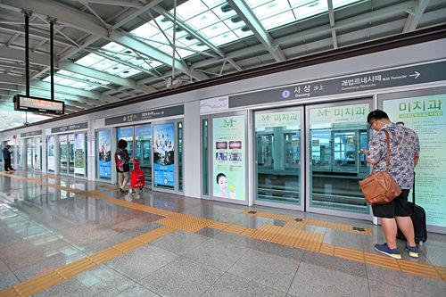 全駅地上にあり、スクリーンドアが設置されています。