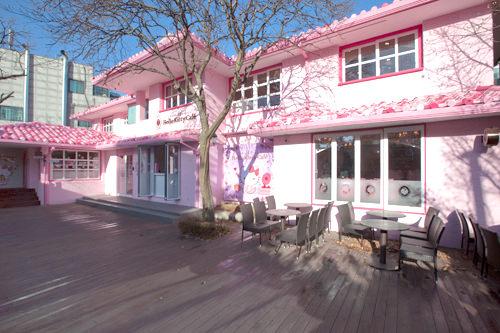 2階建てのピンクの建物
