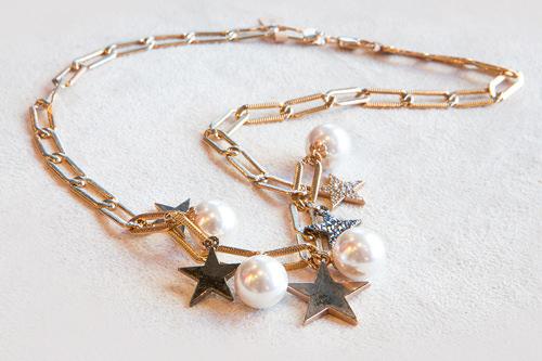 星チャームと真珠が大人の可愛らしさを演出 35,000ウォン