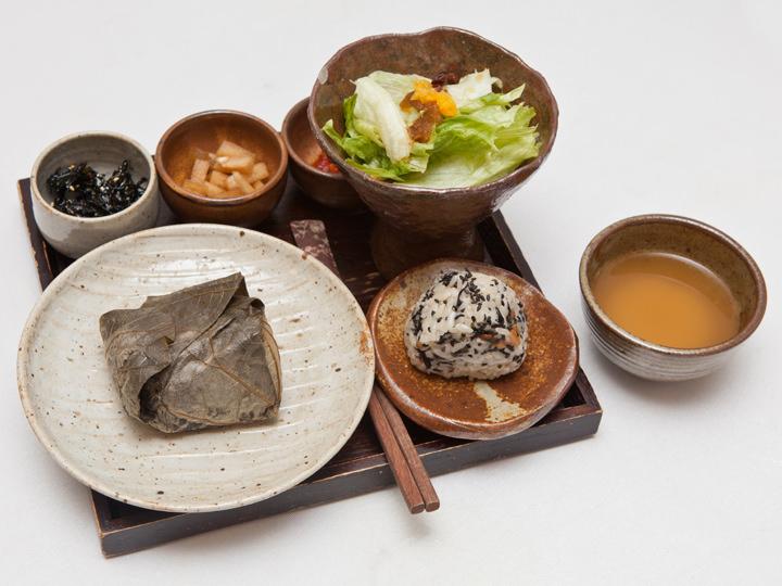 利バッ(イバッ) (地図緑3)ナツメや松の実入りのごはんを蓮の葉で包んだ蓮の葉ごはんなど、具材豊かなおにぎりを扱うお店。提供される料理はすべて手作りです。くわしく見る ▶