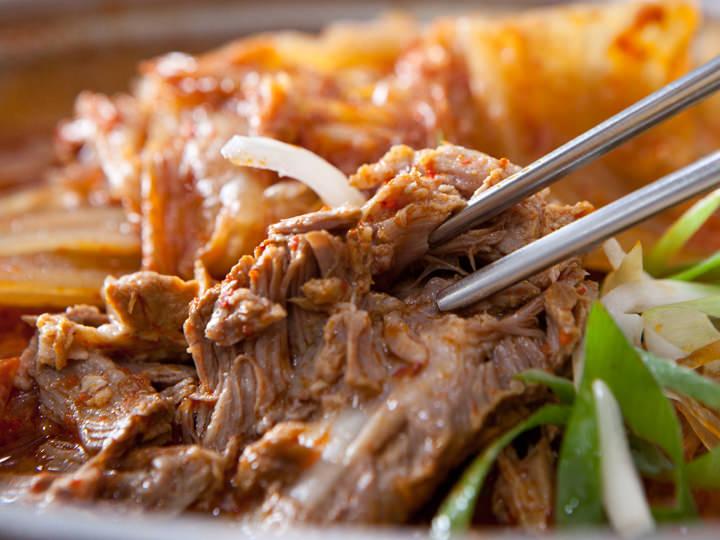 北村キムチジェ (地図緑4)キムチと豚カルビの蒸し煮(ムグンジカルビチム)が有名で、地元経済紙のフードコラムでも紹介されるほどの人気店。くわしく見る ▶