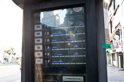 バスの運行状況は電光掲示板でチェック!「105」の隣の数字はあと何分で次のバスが来るかを表しています。