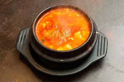食材の旨みと手作りタテギが合わさった熱々のスープ