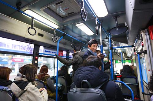 夕方5時、通勤時間帯に突入。さらに乗客が増えてきました。