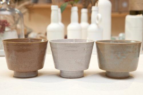 Triade(トリヤデ) セット 88,000ウォン「3つ」という意味を持つオリジナル陶磁器コップ。素朴な色合いと質感が特徴のワインマグ空色(シエル)、土色(テル)、白色(ビッド)の3つが1セット