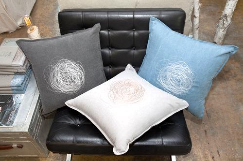 Three Cushion(スリークッション)各85,000ウォンお店のロゴ刺繍がはいったクッション。チャコール、ベージュ、スカイグレーの3色