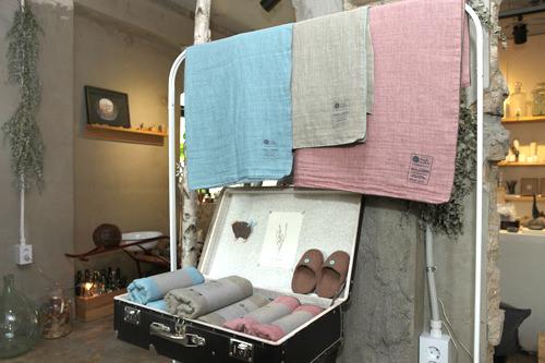 Kerchief+Cloth(カーチフ・クロス)各42,000ウォンコットン100%のガーゼ生地使用。体拭きタオルからブランケット、スカーフまで様々な用途で活躍