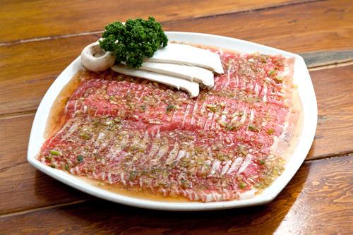 薄くスライスした牛三枚肉はフルーツソースがたっぷり