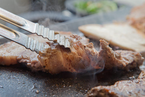 肉の焼ける音とジューシーな香りが食欲を引き立てます