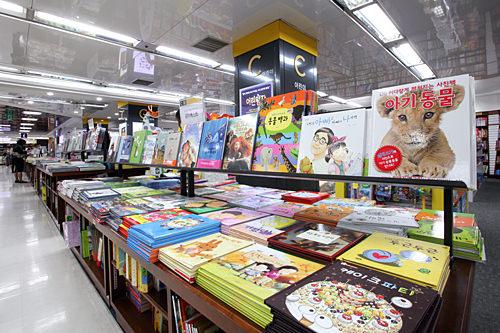 絵本が豊富な児童書コーナー