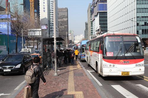 バス停は道路中央に位置