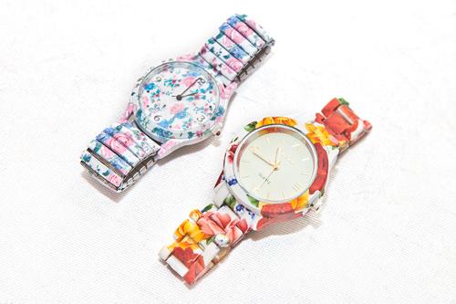 手元も華やかにしてくれる花柄プリント時計/各9,900ウォン